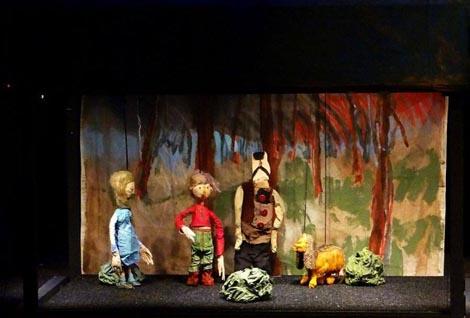Mala, zrela i hrabra družina Pinkleca toliko je uigrana i dobro se poznaje, da je i premijera prošla vrlo dobro. Karolina Horvat, Mario Jakšić, Bruno Kontrec i Davor Dokleja uvjerljivi su, lako i neprimjetno mijenjaju maske, poletni su, razigrani i igraju sa žarom i dobro naglašavaju tekst. Čini se da im je izvedba ovoga djela […]